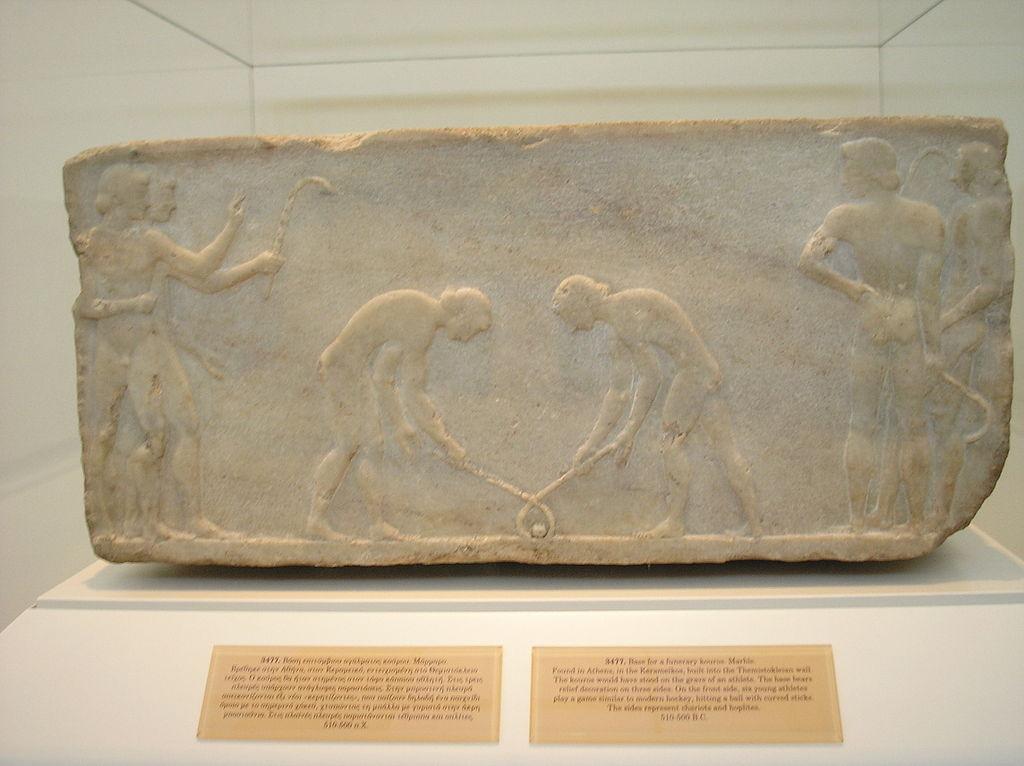 Bajorrelieve del 600 a. C., procedente de Kerameikos, Atenas. Muestra hombres portando bates o palos y jugando con una pelota