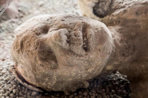 Molde de yeso de una de las víctimas de Pompeya, aún con el rostro contraído. Fuente: BigStockPhoto