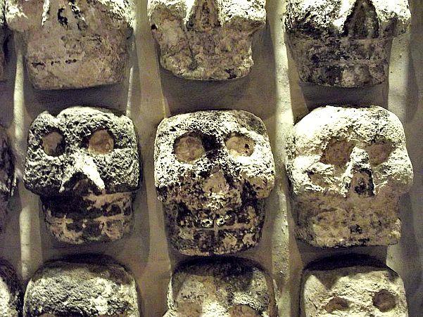 Detalle de Tzompantli ubicado en el Templo Mayor de la Ciudad de México. (Wikimedia Commons)