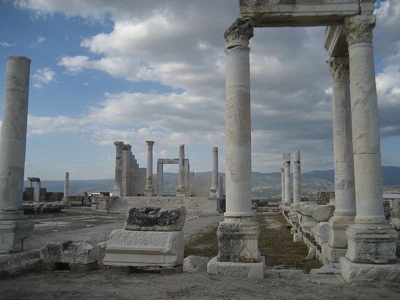 Entre las ruinas excavadas en Laodicea están estas columnas de un antiguo templo. (Foto: Rjdeadly/Wikimedia Commons)