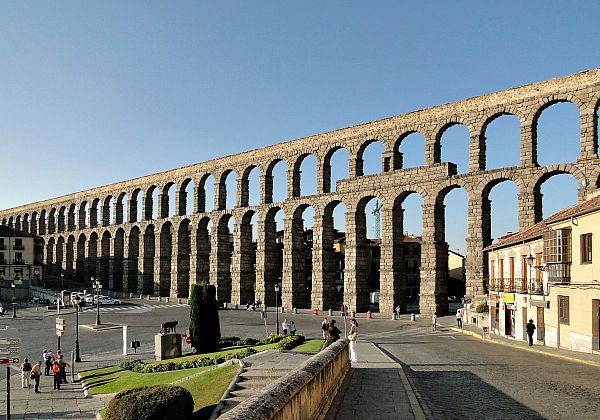 Tramo del majestuoso, famoso y bien conservado acueducto romano de Segovia. (Wikimedia Commons)