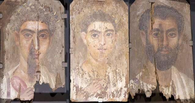 Retratos funerarios egipcios de la era romana descubiertos en Tebtunis, en los que aparentemente no se ha utilizado el color azul. Pero tras las pruebas realizadas los investigadores descubrieron el pigmento sintético azul Egipcio en las tres pinturas. Foto: Museo de Antropología Phoebe A. Hearst, Universidad de California, Berkeley.