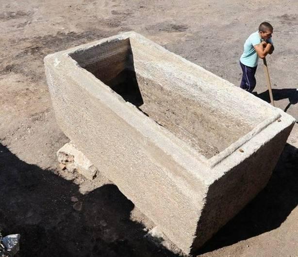 El antiguo sarcófago tracio de mármol recientemente descubierto contenía en el pasado un ataúd en cuyo interior se encontraban los restos del difunto, así como numerosos objetos. Se cree que data del siglo III d. C. Foto: ElhovoNews