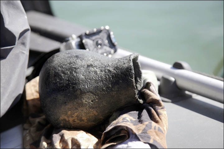 Se recuperaron docenas de objetos del lago, situado sobre la antigua Ruta de la Seda. Fotos: Dmitry Gorn