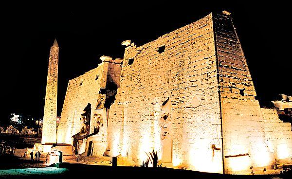 Fotografía nocturna del exterior del Templo de Luxor. (Wikimedia Commons)