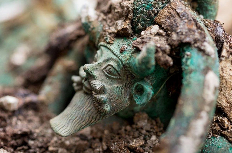 Las manijas de un gran caldero descubierto en la tumba están decoradas con la efigie del dios griego del río Aqueloo. (INRAP photo)