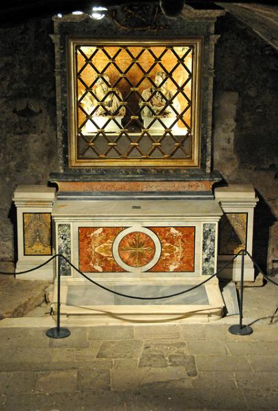 Bustos de los Santos Pedro y Pablo en la Cárcel Mamertina, Roma, Italia
