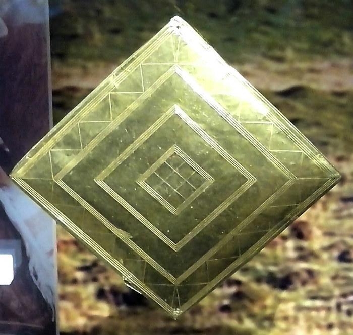 El rombo de oro descubierto en Bush Barrow (Wikimedia Commons)