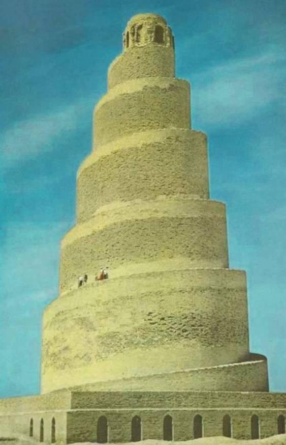 Minarete de la Gran Mezquita de Samarra, Iraq. Construida en el siglo IX, llegó a ser la mayor mezquita del mundo. Fue bombardeada en el 2005 en un ataque insurgente contra una posición de la OTAN. La punta del minarete y las paredes que lo rodean fueron destruidas. (Wikimedia Commons)