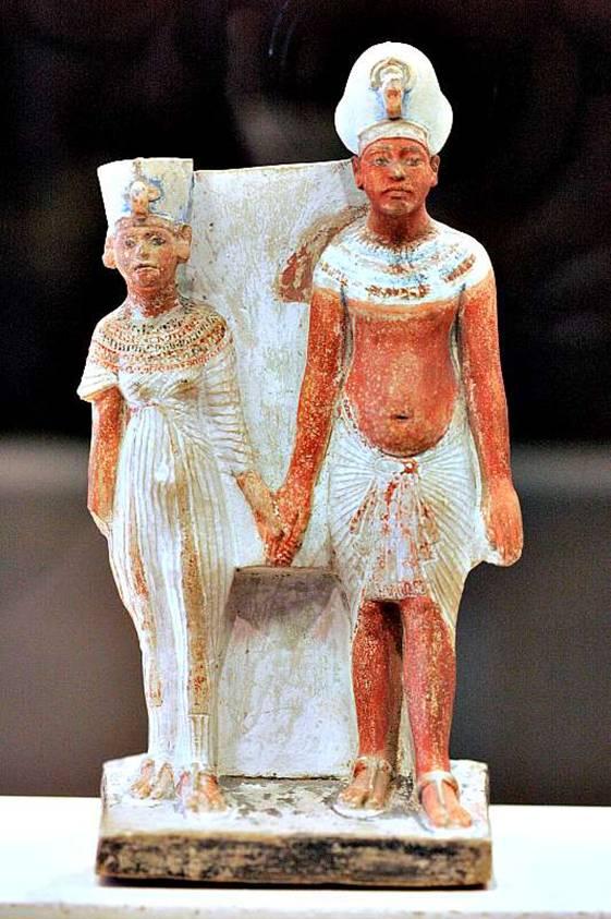 Figurillas de la reina Nefertiti y su esposo el faraón Akenatón. (1345 a. C.) Caliza pintada, autor desconocido. Museo del Louvre. (Wikimedia Commons)