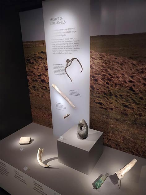 Los investigadores observaron ajuares funerarios, como estos hallazgos de Wilsford cerca de Stonehenge. Este entierro incluyó un raro hueso humano convertido en flauta. (Crédito: Museo de Wiltshire / David Dawson)