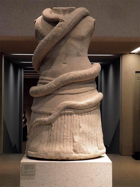 Monumento funerario en forma de torso entrelazado por una serpiente, siglo I a.C., Milet, al suroeste de Turquía, que vincula claramente a la serpiente con prácticas funerarias en el período grecorromano de Turquía, como lo hace el altar griego de serpientes de Patara. (Carole Raddato de FRANKFURT, Alemania / CC BY-SA 2.0)