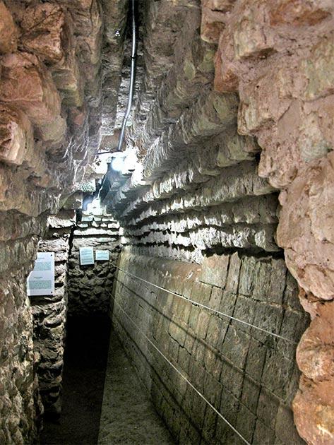 Túnel al templo enterrado de Rosalila. (youngrobv / CC BY-SA 2.0)