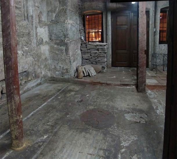 Una mancha púrpura en forma de disco, hecha de un tipo de roca ígnea llamada pórfido, debajo de Hagia Sophia, donde los Patriarcas de Constantinopla se encontraban durante importantes rituales. (Jan Kostenec / Oxbow Books, Ken Dark y Jan Kostenec 2019)