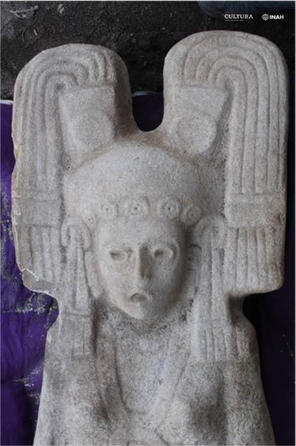 La estatua de la mujer mesoamericana tiene la boca abierta y una expresión de ojos muy abiertos. Los expertos están tratando de averiguar a quién o qué representa. (María Eugenia Maldonado Vite / INAH)