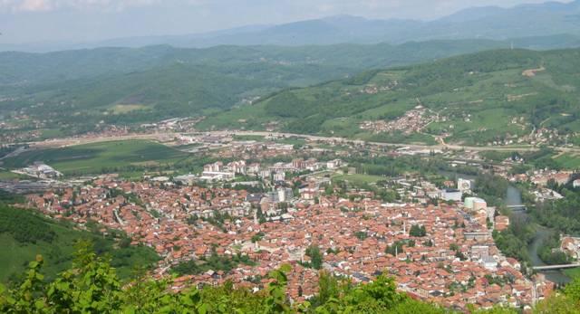 Vista desde la colina de Visočica donde la antigua ciudad de Visoki se alzó en el pasado, en la que podemos ver el Visoko actual y gran parte del valle del Visoko presente e histórico