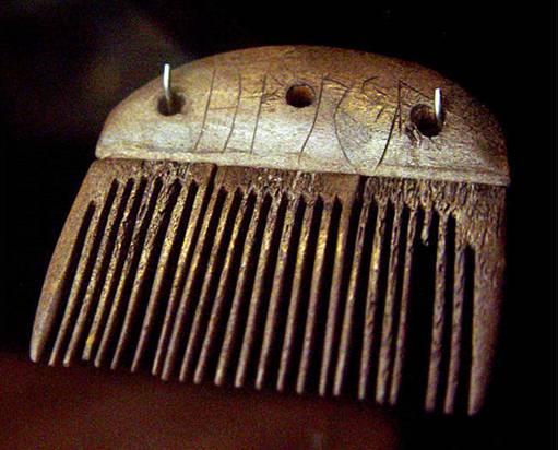 """Peine de asta de venado de entre el 150 d. C. y el 200 d. C. descubierto en Vimose-en Antiguo Futhark, se lee """"Harja""""-un nombre masculino"""