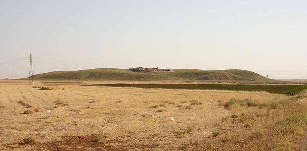 Panorámica de Tell Mozan (al noreste de Siria), antigua Urkesh, desde el norte (Wikimedia Commons)