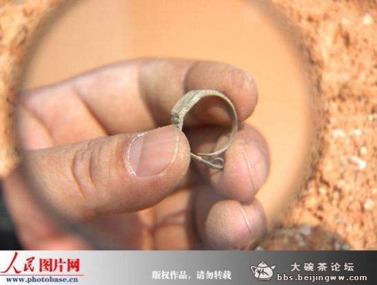 El enigmático anillo-reloj encontrado en China en una tumba sellada de hace 400 años. (Imagen Source)