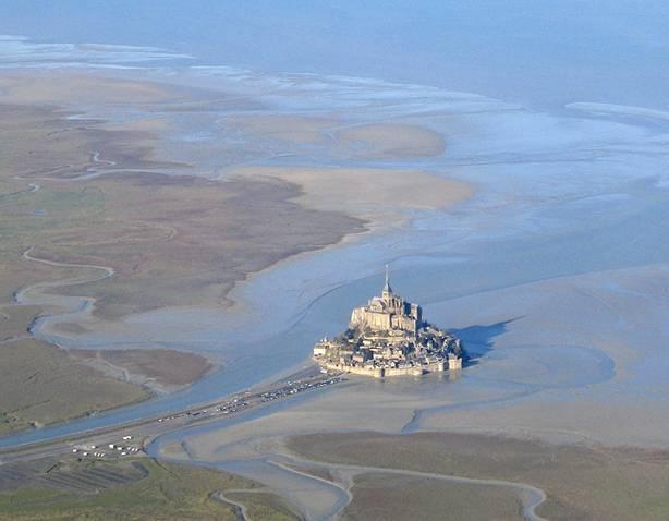 Panorámica aérea del Monte St-Michel durante la marea baja. (Public Domain)