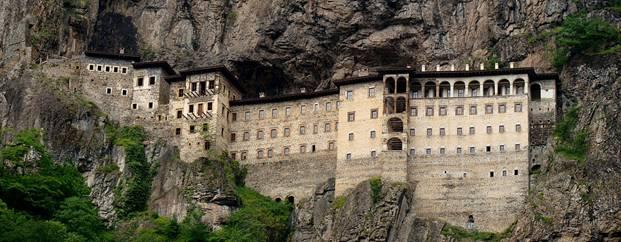 El Monasterio de Sumela desde el otro lado del valle (Wikimedia Commons)