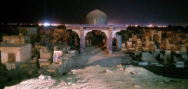 El cementerio de Wadi Al-Salam de noche