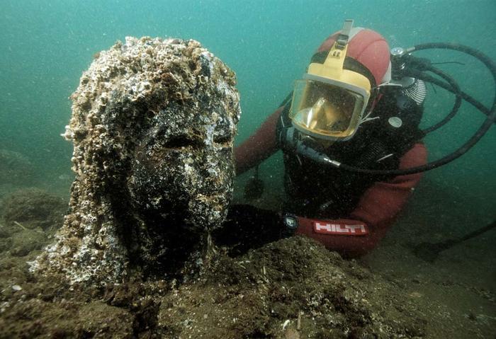 Descubrimiento de una estatua durante una misión submarina, Alejandría, Egipto (IMGUR)