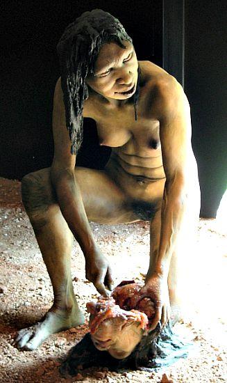 Modelo de Homo antecessor femenino, procedente de las montañas de Atapuerca, practicando el canibalismo. (Wikimedia Commons)