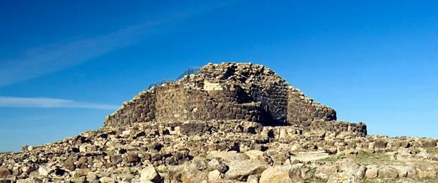 El yacimiento arqueológico de Su Nuraxi , que fue excavado en 1950, ha sido datado en la Edad del Bronce, Cerdeña (The Guardian)