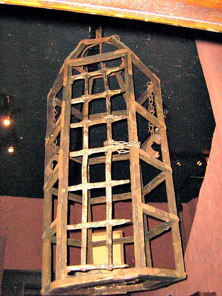 Las víctimas de la condesa solían ser torturadas dentro de jaulas colgantes (Flickr)