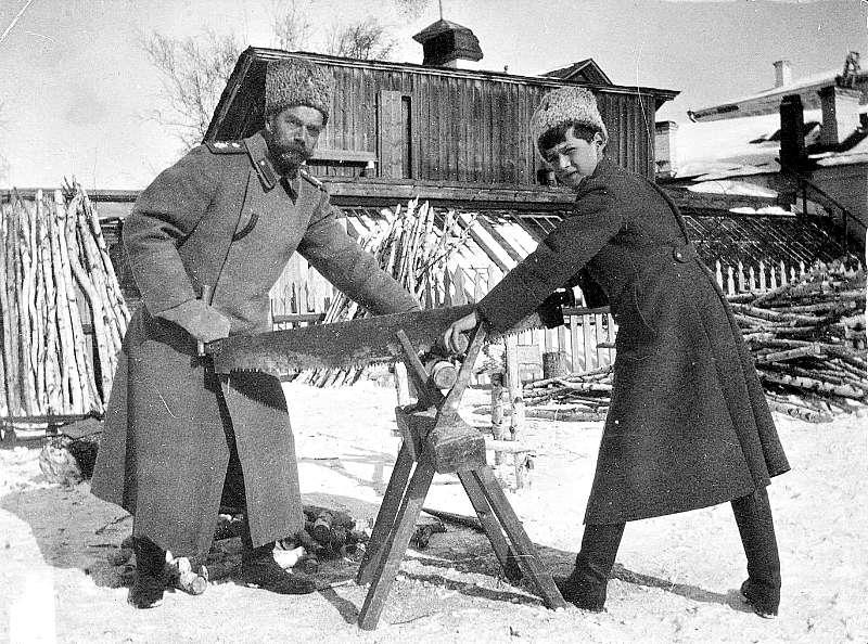 El Zar y su heredero, el zarévich Alexéi, serrando leña en Tobolsk durante el invierno de 1917-18, pocos meses antes de ser asesinados por los bolcheviques. (Wikimedia Commons)