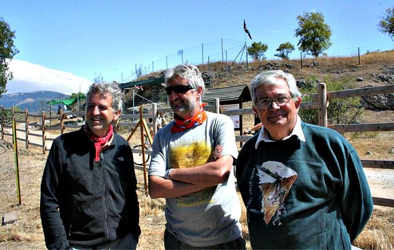 El paleontólogo Juan Luis Arsuaga, el arqueólogo Enrique Baquedano y el geólogo Alfredo Pérez González, de izquierda a derecha, codirectores de los yacimientos del Valle de los Neandertales. (Fotografía: Valle de los Neandertales)