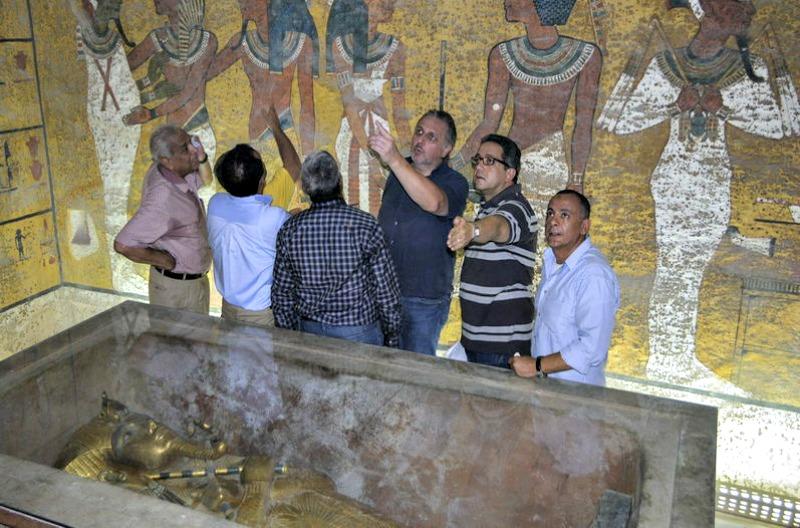 Reeves, en el centro, con la mano en alto señalando algo mientras visita la tumba de de Tutankamón (Fotografía: La Nación)