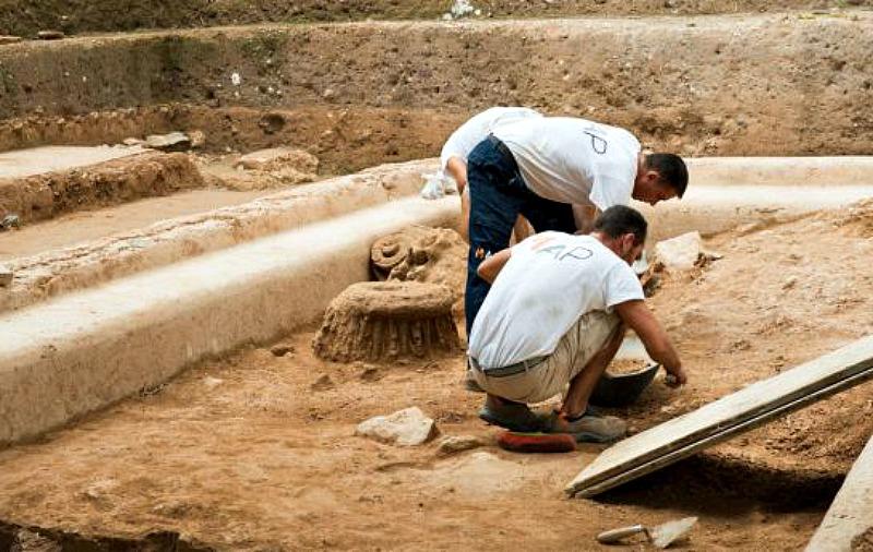 Los arqueólogos trabajando en esta fase de las excavaciones en la cartagenera Plaza de la Merced. (Fotografía: Cadena Ser/Radio Murcia)