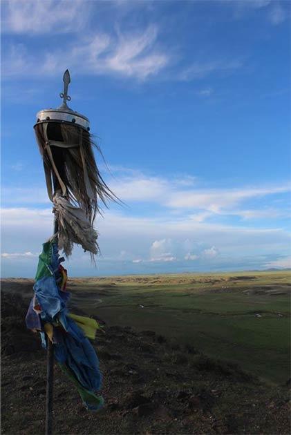 Una pancarta de crin adorna un monumento en la ladera de una colina en la provincia central de Bayankhongor, Mongolia. (William Taylor)