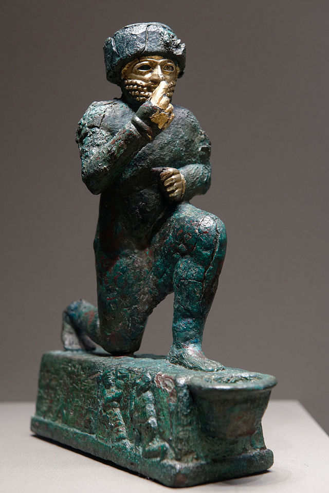 """""""El adorador de Larsa"""", estatua votiva dedicada al dios Amurru, aproximadamente del segundo milenio a. C., Louvre. Public Domain"""