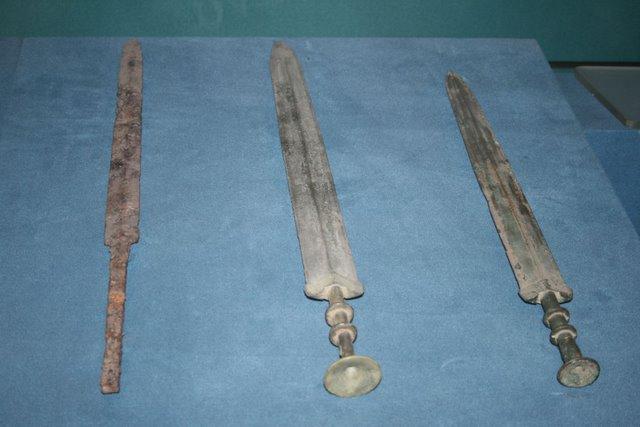 Espadas Jian (una de hierro y dos de bronce) del período de los Reinos Combatientes (Wikimedia Commons)