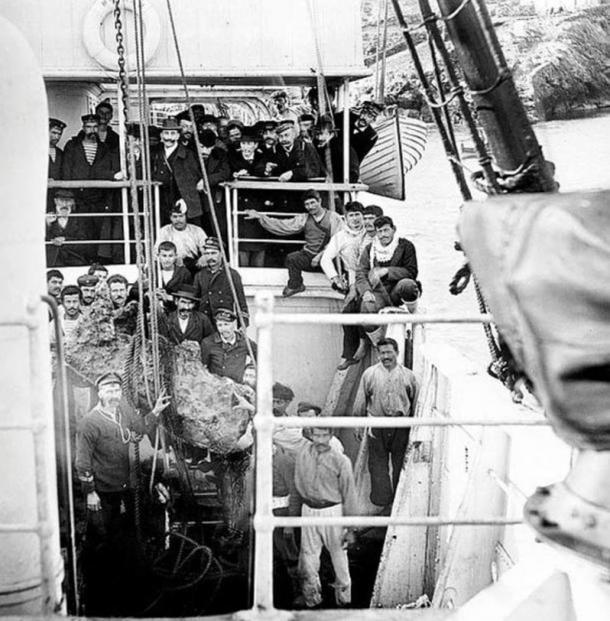Representantes del gobierno griego, tripulación y pescadores de esponjas sobre la cubierta del buque de la Armada Griega Mykali (Wikimedia)