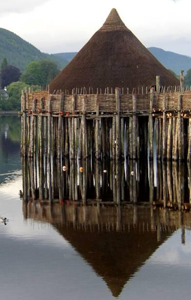 crannog reconstruido en Loch Tay, Escocia