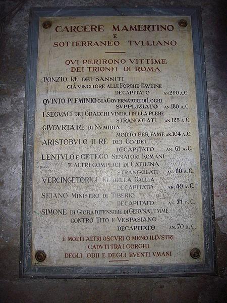 Placa que cita los nombres de algunos presos famosos y sus ejecuciones. Cárcel Mamertina, Roma, Italia