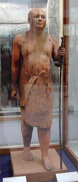 Estatua de sicómoro de madera del Sacerdote Jefe Sacerdote Ka-Aper, 5a dinastía (~ 2500 a.C.), sosteniendo un largo bastón. (Djehouty / CC BY SA 4.0)