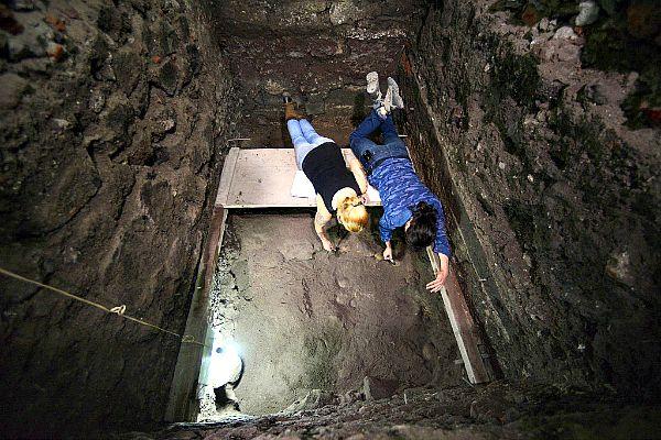 """Miembros del equipo científico trabajando en el yacimiento donde se ha encontrado el """"Tzompantli mayor de Tenochtitlan"""". Foto: INAH/Jornada.Unam.Mx"""