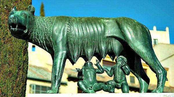 La presencia romana es constante en la Ciudad Vieja segoviana. Aquí, la estatua de la Loba Capitalina, situada frente al Acueducto (Dominio Público)