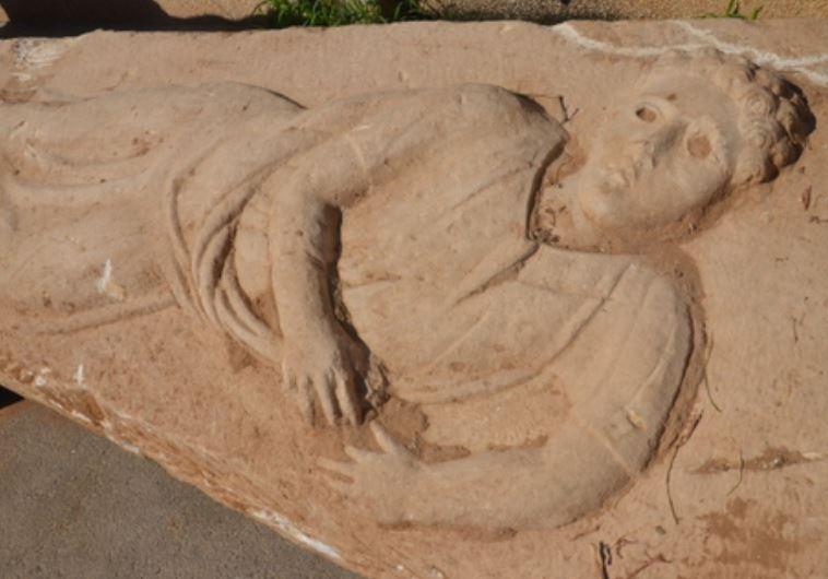 Primer plano del relieve del joven romano que se cree que representa al difunto. En ocasiones los ojos eran piedras preciosas. (Yuli Schwartz/AAI)