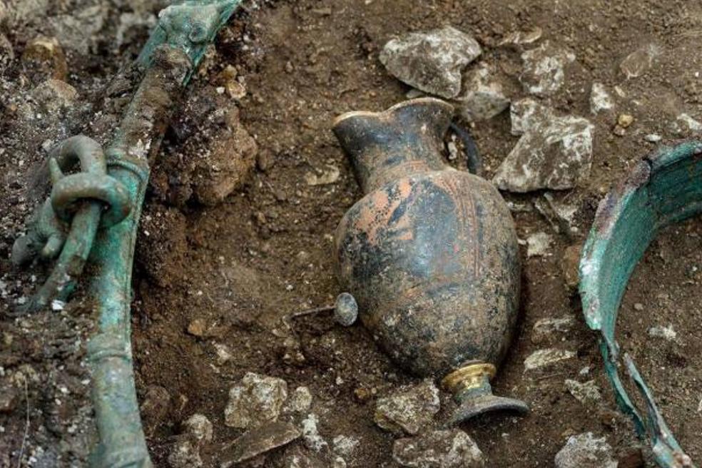 El príncipe o princesa fue enterrado junto con un juego de vino decorado con Dioniso, el dios griego del vino y el éxtasis (foto: INRAP)