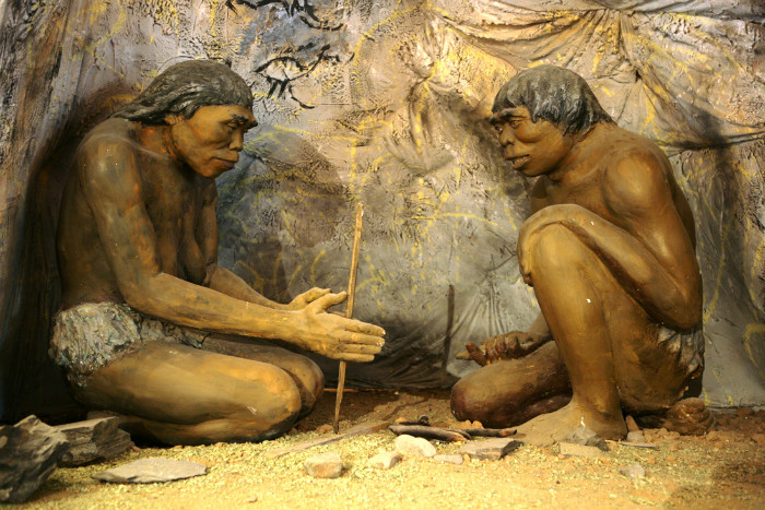 Diorama que muestra a antiguos cavernícolas en el Museo Nacional de Historia Mongola de Ulan Bator, Mongolia (Wikimedia Commons)