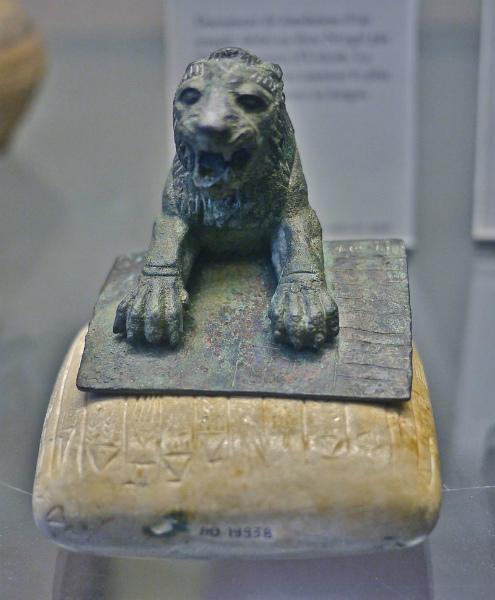 Un león Urkish acompañado de una tablilla de piedra con el texto conocido más antiguo de los Hurritas (Wikimedia Commons)