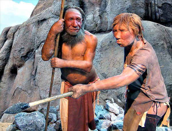 Modelos de hombre y mujer neandertales. Museo del Neandertal, Düsseldorf, Alemania. (Wikimedia Commons)