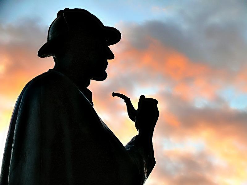 Silueta de la estatua de Sherlock Holmes situada en Baker Street, Londres. Este famoso detective de ficción estuvo casi con toda seguridad inspirado en Auguste Dupin, personaje protagonista de algunos de los mejores relatos de Edgar Allan Poe. (Flickr)