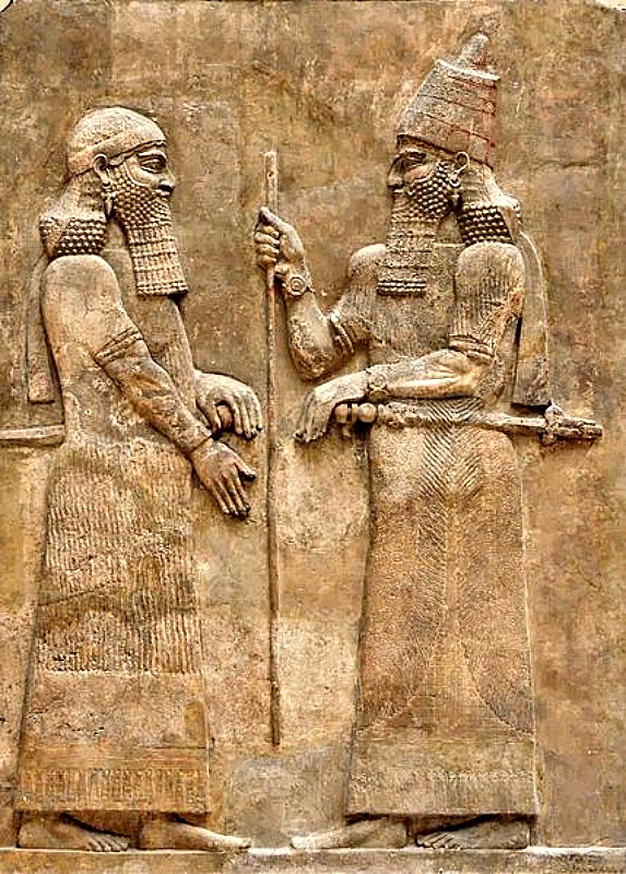 El rey Sargón II (derecha) y un alto dignatario. Midas fue un rey frigio vasallo de Sargón II. Bajorrelieve del muro del palacio de Sargón II en Dur Sharrukin, Asiria. (716-713 a. C.). Museo del Louvre, París. (Public Domain)